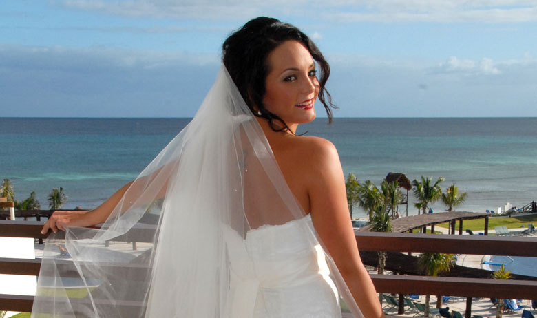 Bride enjoying the beautiful view in cancun